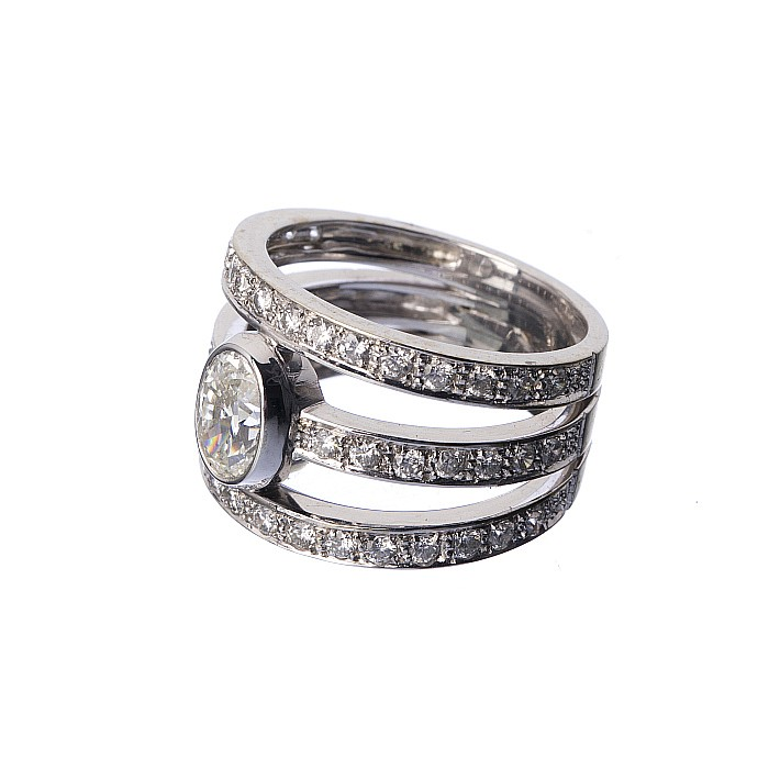 19 2k white gold ring with diamonds
