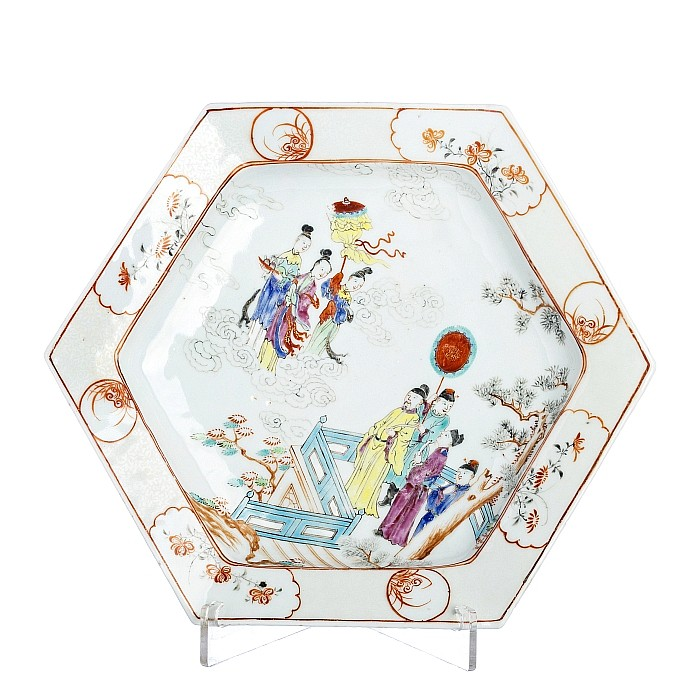 Six-sided plate with 'figures' in Chinese porcelain