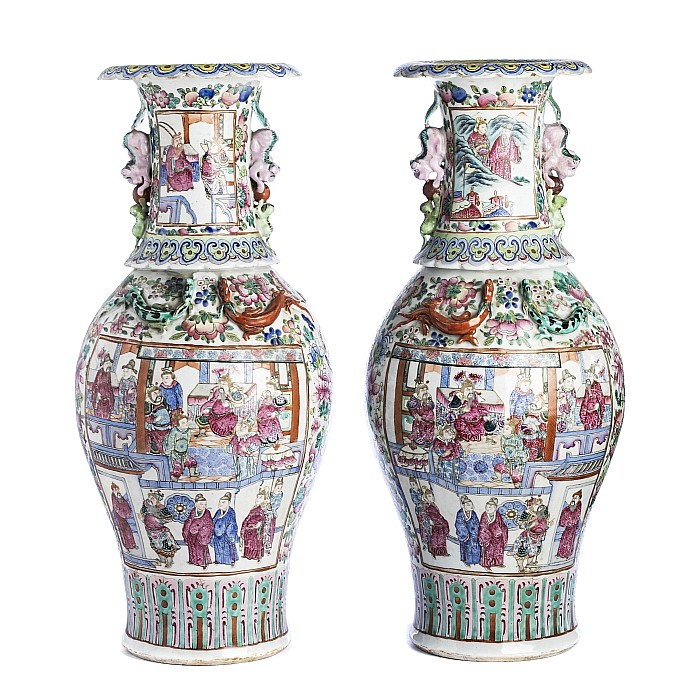 Pair of large vases with 'warriors and figures' in Chinese porcelain, Daoguang