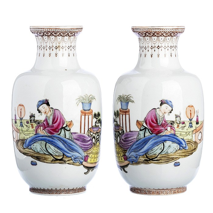 Pair of vases 'femle figures' in Chinese porcelain, Republic