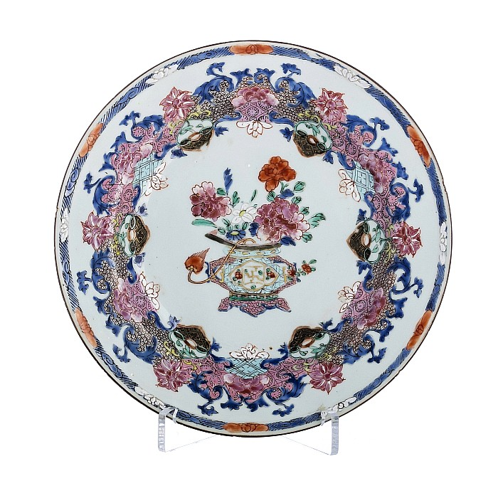 Plate with a 'vase with flowers' in Chinese porcelain, Yongzheng