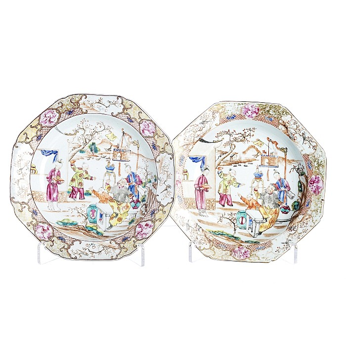 Pair of eight-sided plates with 'figures' in Chinese porcelain, Qianlong