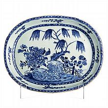Deep and oval long plate with a 'willow' in Chinese porcelain