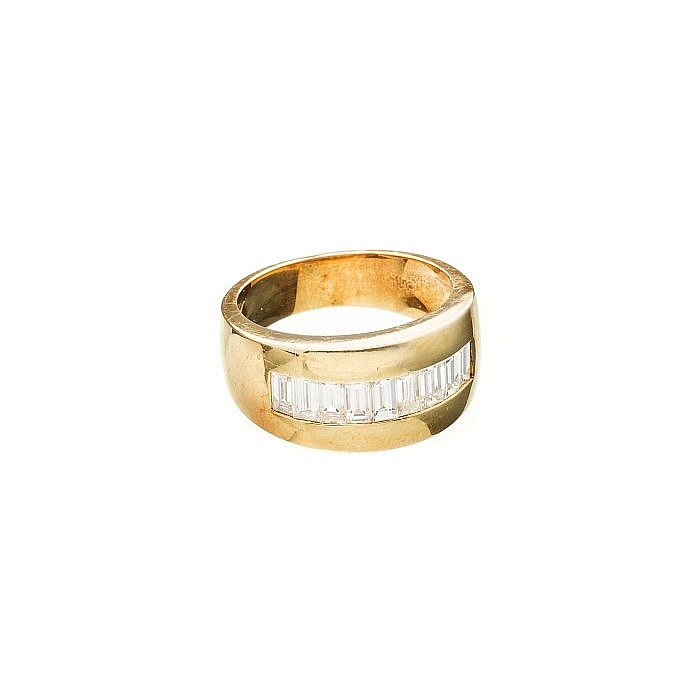 Gold ring with baguette diamonds