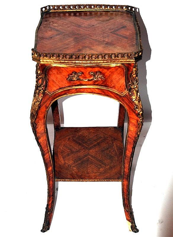 tavolino in bois de rose e bronzi in stile Luigi XV