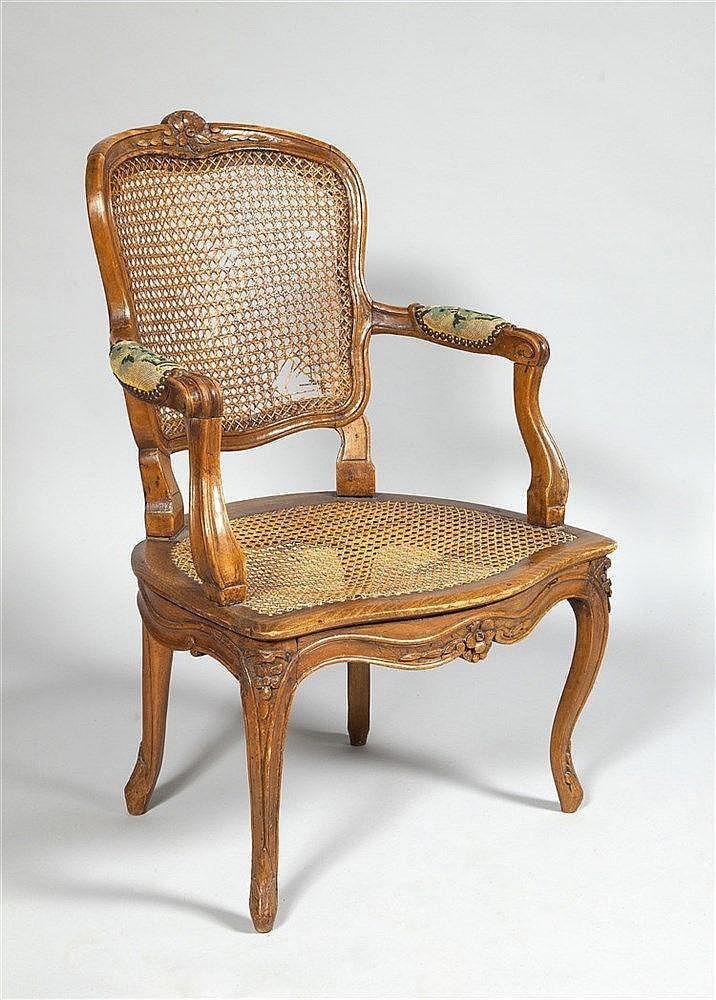 fauteuil en bois naturel moulur et sculpt de fleurettes re. Black Bedroom Furniture Sets. Home Design Ideas