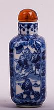 CHINESE QING BLUE AND WHITE PORCELAIN SNUFF BOTTLE