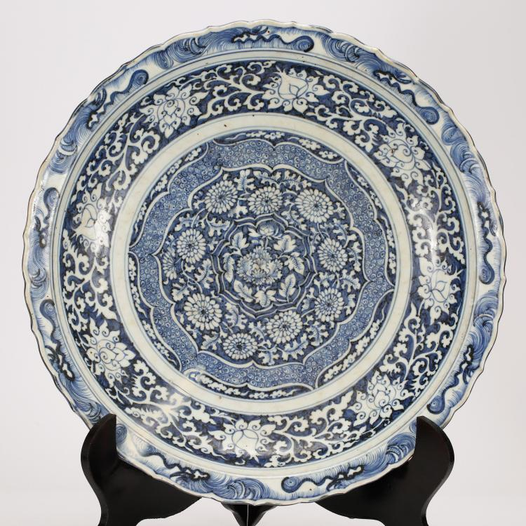 CHINESE BLUE AND WHITE FOLIAGE PORCELAIN CHARGER