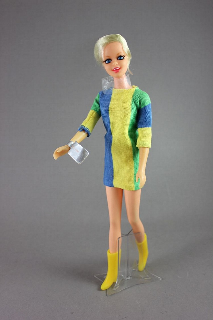TWIGGY IN ORIGINAL OUTFIT WITH WRIST TAG