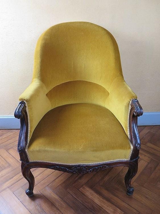 fauteuil en palissandre sculpt garni velours jaune. Black Bedroom Furniture Sets. Home Design Ideas