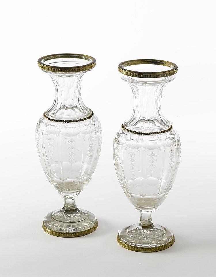 Paire de vases en cristal taillé et gravé monture de bronze