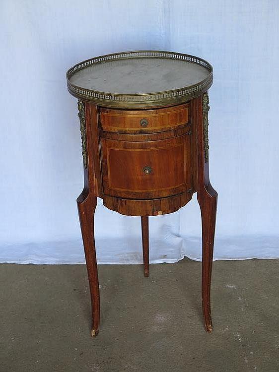 Table de chevet circulaire en marqueterie de bois de placage for Table de chevet bois