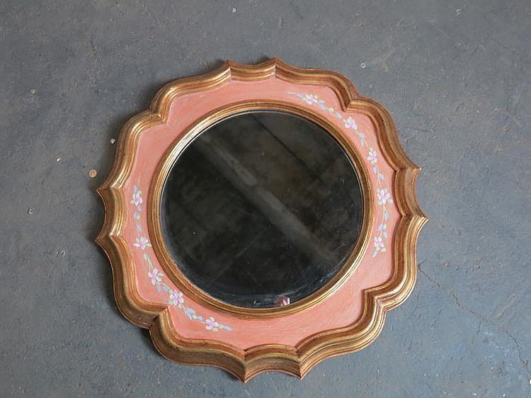 Miroir en bois dor et laqu de forme chantourn e dans le g for Pic de chix dans l miroir