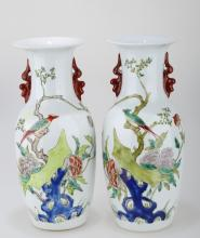 (2)  A PAIR OF FAMILLE ROSE PORCELAIN VASES. THE BASE MARKED WITH SHEN DE TANG ZHI RED FOUR-CHARACTER.C214.