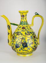 A YELLOW GROUND FAMILLE ROSE PORCELAIN VASE. THE BASE MARKED WITH QING DYNASTY DA QING QIAN LONG NIAN ZHI RED  SIX-CHARACTER.C220.
