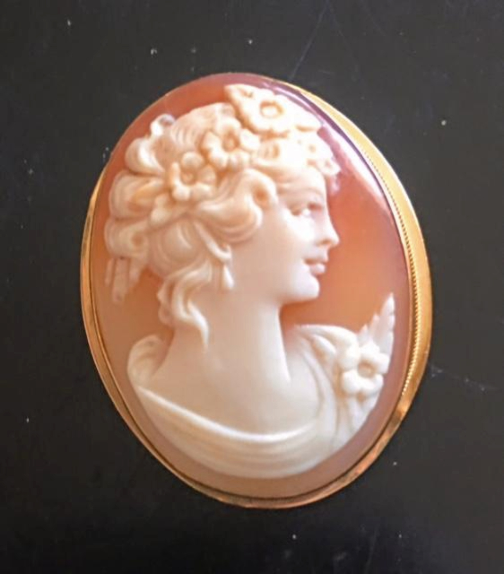 Exquisite Vintage Italian Cameo 18K Gold Brooch