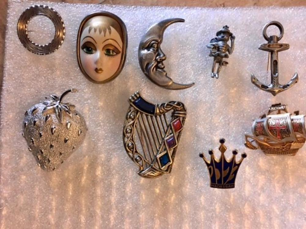 Lot 112: Set of 9 Vintage Brooches