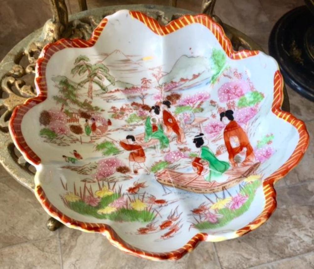 Lot 156: Japanese Porcelain Scalloped Edge Scenery Bowl Dish