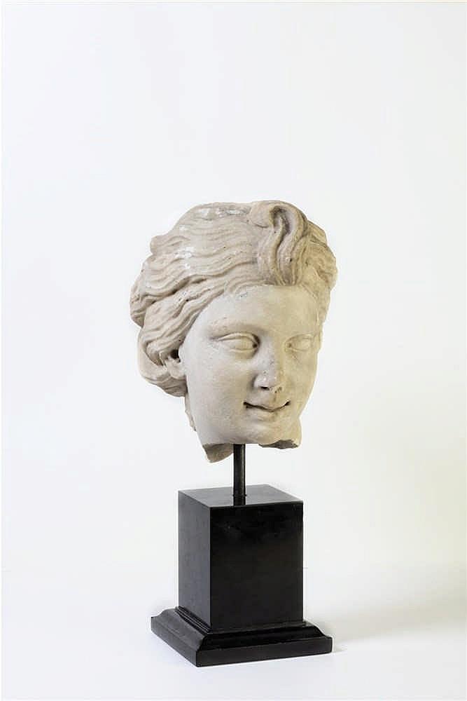 Antica testa in marmo bianco di giovane donna (lievi danni)