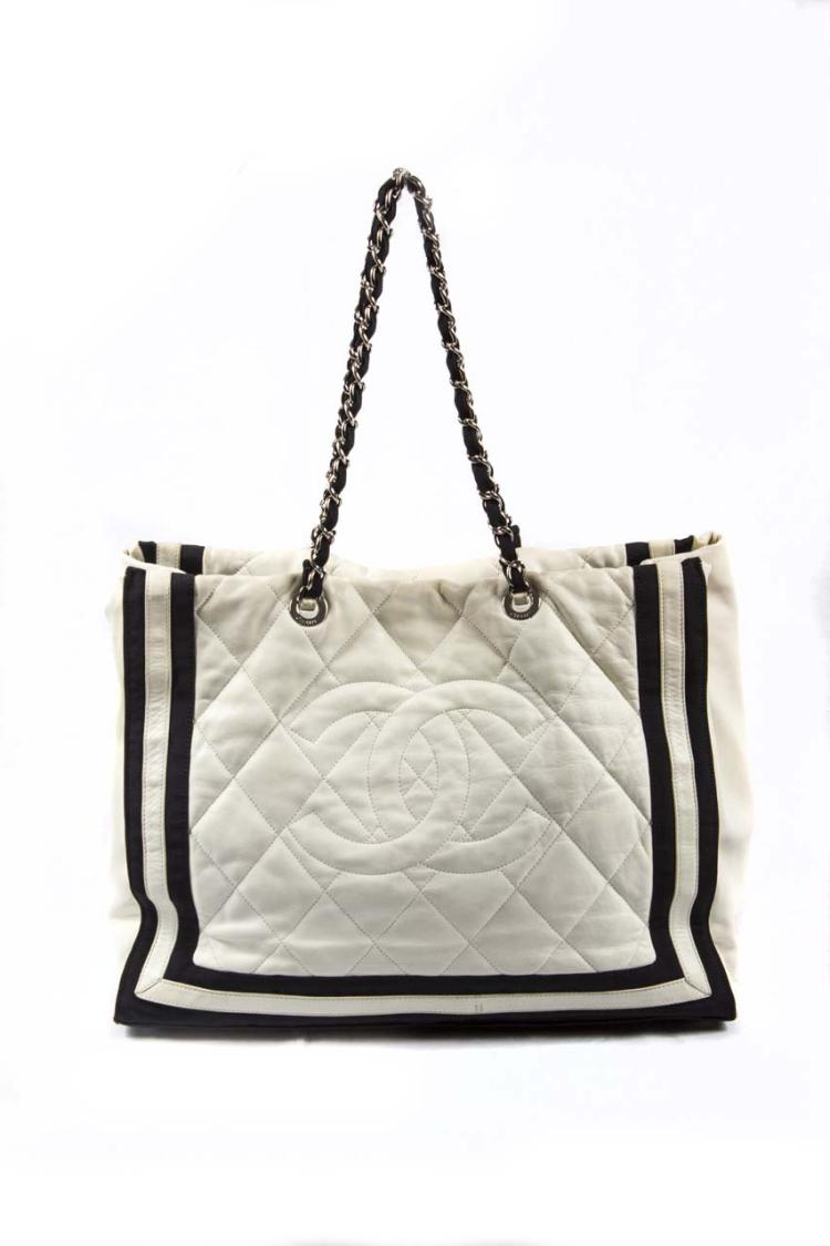 Sac A Main Chanel Blanc Et Noir : Chanel sac cabas en cuir matelass? blanc et nylon noir orn?