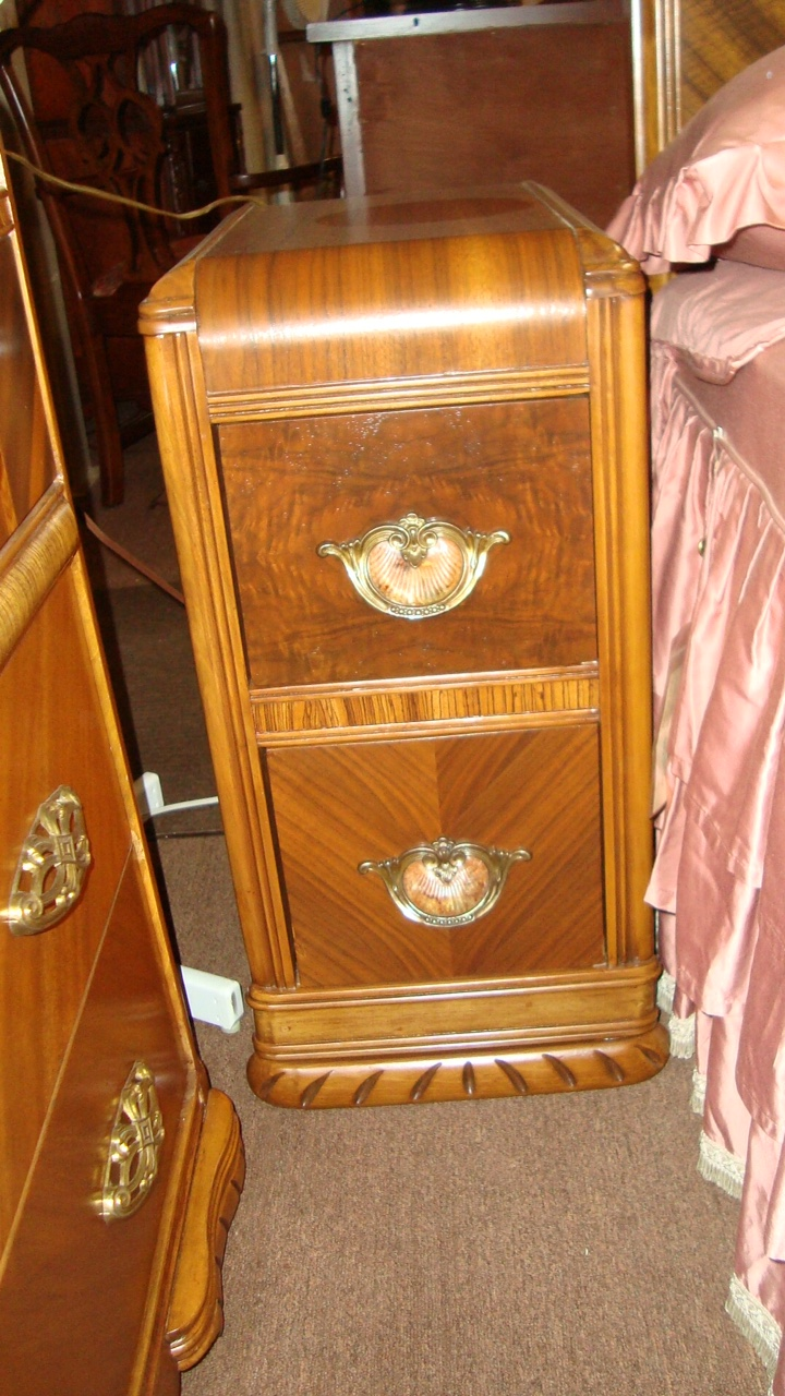 Antique art deco bedroom set for Arts and craft bedroom furniture