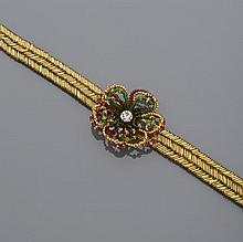 Collier de chien en tissu brodé de perles tubulaires dorées, fermoir à scratch, centré d'une fleur à pétales en perles de verre multicolores et centrée d'un important strass