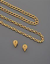 CELINE Ensemble de deux chaînes en métal doré à maillons ovales imbriqués.    Accompagnées d'une paire de boucles d'oreille en métal doré torsadé.