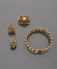 CELINE Collier de chien en quatre rangs de perles de métal doré et de verre orange, vert et noir, strass. Signé Accompagné d'une paire de boucles d'oreilles assorties, signées. Et d'une broche pendentif en métal doré à décor de perles d'imitation et