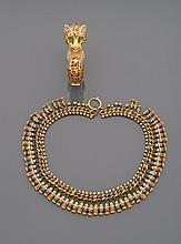 CINER Bracelet jonc panthère en métal doré, strass et cabochons de verre vert.    Signé    Accompagné d'un collier tour de cou en métal doré orné de pampilles multicolores et strass