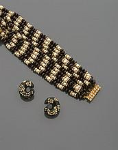 CELINE Collier tour de cou de perles de verre aubergine alternant avec des perles d'imitation blanches encadrées de viroles de strass. (Accidents) Non signé Accompagné d'une paire de boucles d'oreilles en