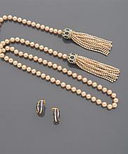 CELINE Négligé en perles d'imitation rosées, terminé par deux pompons à dôme serti de strass    (Manque)    Accompagné d'une paire de demi créoles en métal doré, pierres bleues et strass
