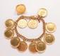 Bracelet gourmette en or jaune, orné de 11 pièces d'or à l'effigie de Mustafa Kemal Ataturk. Une bague chevalière assortie.       Longueur : 19 cm environ.       Poids : 141,2 g.       An18K gold bracelet and ring.