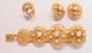 Parure en filigranes d'or jaune et perles de culture comprenant un bracelet, une bague et une paire de boucles d'oreilles. TDD de la bague ajustable. Poids total : 59,2 g. (un petit manque, un accident) An 18K gold and cultured pearl parure