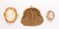 Lot comprenant une broche en métal doré, épingle en métal, sertie d'un camée sur coquillage; une broche en or jaune ornée d'un camée sur coquillage (abîmé); une bourse en métal doré. Poids de la monture en or : 2,4 g. An ensemble of gilded metal