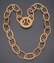 DOLCE & GABBANA         Sautoir en larges anneaux de métal doré, centré d'un grand anneau monogrammé.     Signé.    Longueur : 92 cm environ.