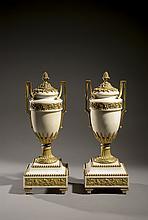 FRANCE Paire de vases en marbre blanc
