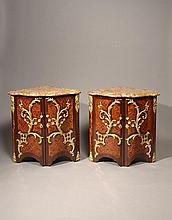 Attribuée à Charles CRESSENT (1685-1768) Paire d'encoignures
