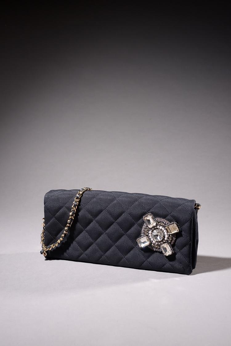 Chanel pochette en toile noire matelass e fermeture aimant - Pochette photo aimante ...