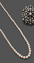 COLLIER de 93 perles en chute, dont deux perles