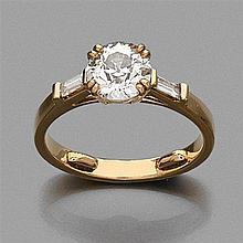 BAGUE en or jaune, centrée d'un diamant rond