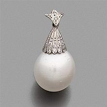 PENDENTIF  en or gris, orné d'une perle de