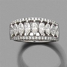 DEMI ALLIANCE en or gris, centrée de diamants
