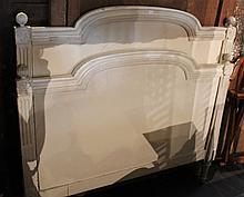 Lit en bois relaqué crème montants cannelés, pieds fuselés.  Travail provincial d'époque Louis XVI  (accidents)