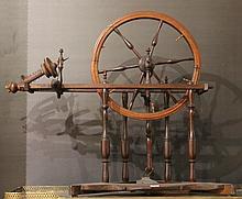 Rouet en bois naturel tourné  Travail du XIXème siècle