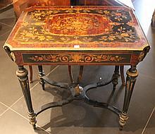 Table à deux volets contournés en bois de placage marqueté de réserves fleuries.  Un tiroir en ceinture  Pieds cannelés.   Epoque Napoléon III  (fentes, accidents)