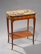 Petite table rectangulaire  en bois de placage marqueté de  rinceaux et de fleurs, un tiroir latéral.  Dessus de marbre   jaune ceinturé de bronze .  Pieds cambrés réunis par une  tablette d'entretoise  Style transition, époque XIXème siècle