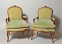 Paire de fauteuils à dossier plat, en hêtre mouluré et sculpté, de fleurettes à l'amortissement du dossier, à la traverse basse et aux têtes de pied. Les accotoirs en coup de fouet. Pieds cambrés. Epoque Louis XV (anciennement laqués) Garniture de