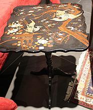 Gueridon en bois noirci à fût balustre sur piètement tripode et plateau rabattable serti d'un motif d'oiseau de feu branché peint et burgauté.  Circa 1840  H. 72 - L. 53 - P. 53 cm