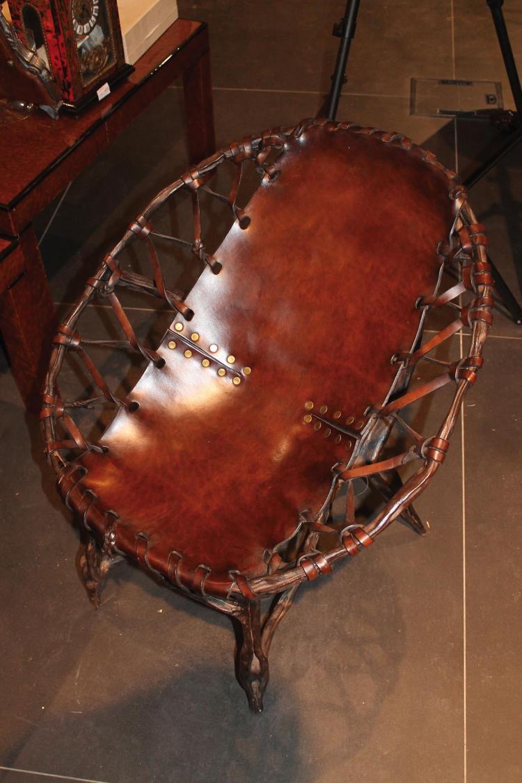 Thevenin une petite chaise en bronze et cuir for Chaise 64 cm