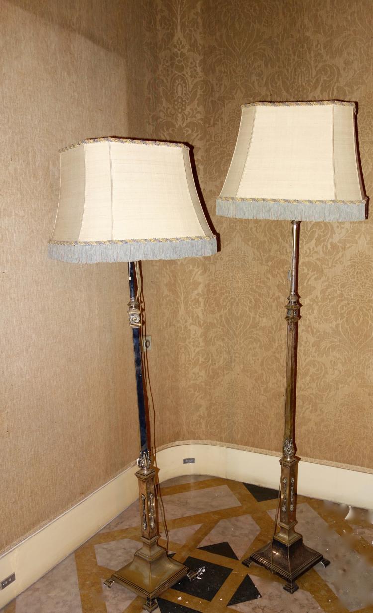 deux lampadaires en bronze patin en forme de fins pilastre. Black Bedroom Furniture Sets. Home Design Ideas